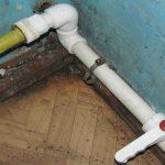 Замена канализации: пластиковая труба входит в чугунную